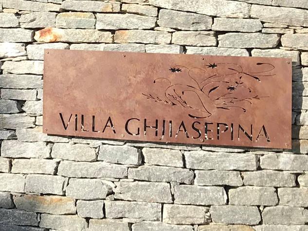 Enseigne à l'ancienne avec nom de maison VILLA CORSE