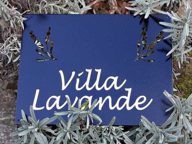 Enseigne à l'ancienne avec nom de maison VILLA LAVANDE