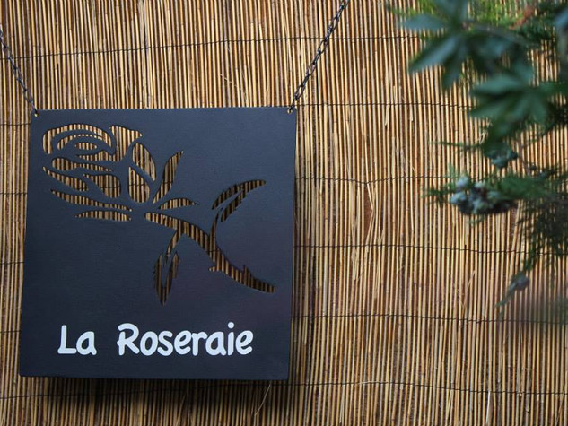 Enseigne à l'ancienne avec nom de maison LA ROSERAIE