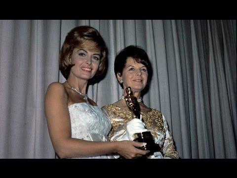 Donna Reed presents Academy Award to Renie