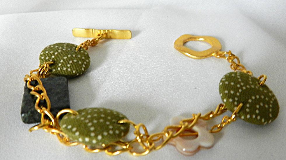 Bracelet, perles de tissus kakis, sur chaînettes dorées