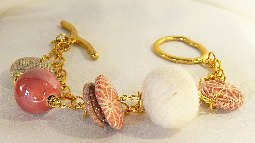Bracelet, perles de tissu japonais rose, sur chaînettes dorées