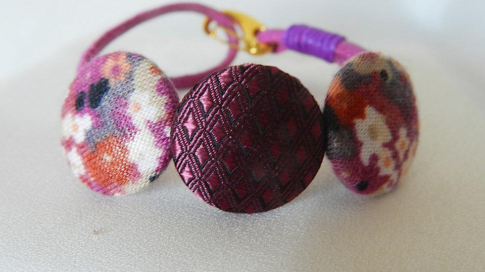 Bracelet, cordon de simili cuir violet et perles de tissu assorties