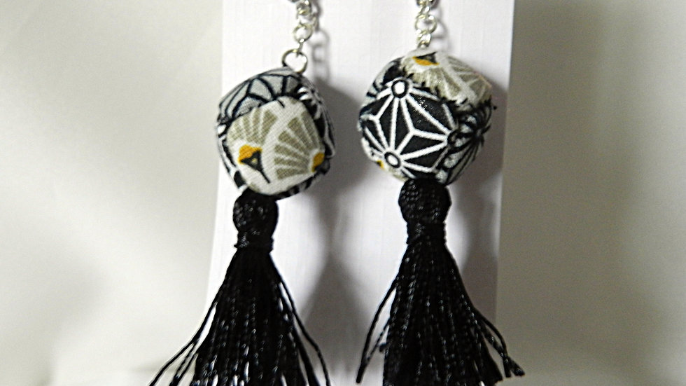 Boucles d'oreilles, cubes de tissus japonais graphiques avec pompons