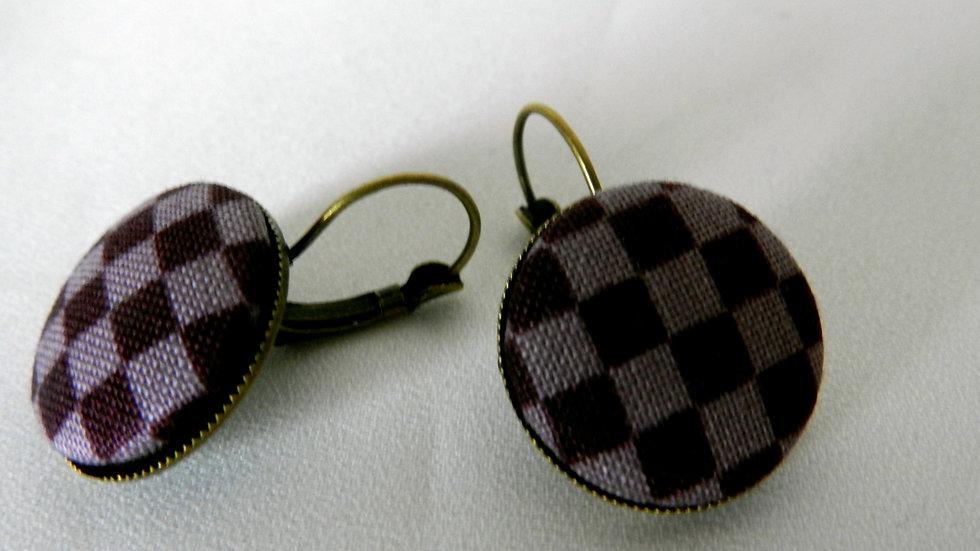 Boucles d'oreilles dormeuses en tissu violet à carreaux