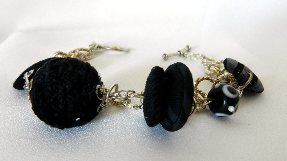 Bracelet, perles de tissus noirs