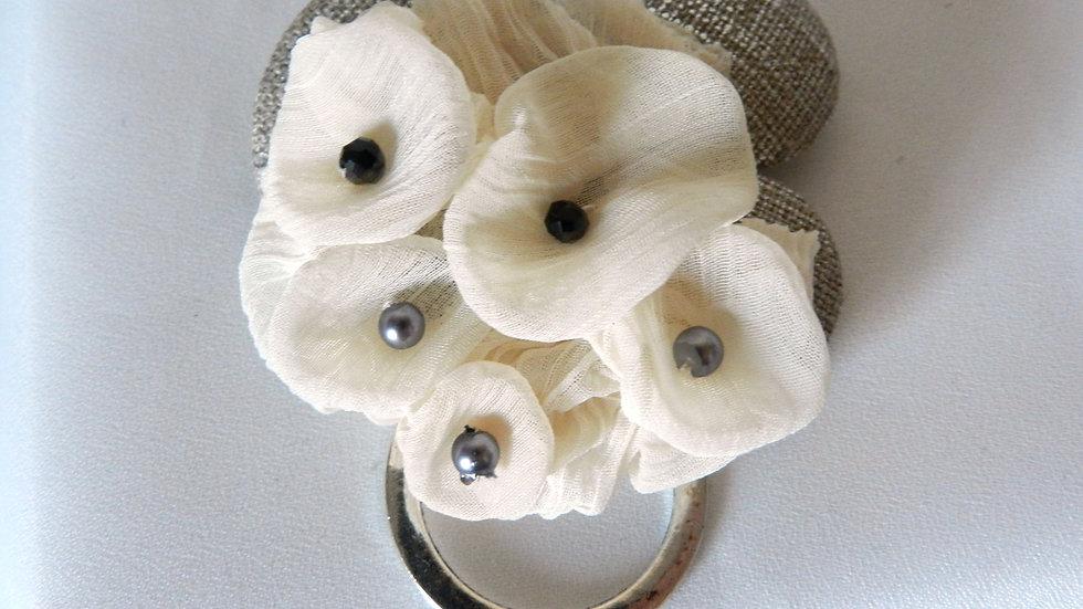 Broche en lin avec fleurs de mousseline