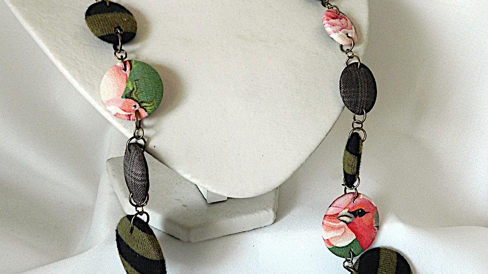 Sautoir en tissus kaki, noir et rose, avec oiseau
