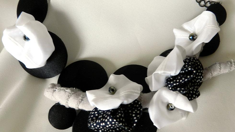 Collier, perles de satin noir, avec branche fleurie en noir et blanc
