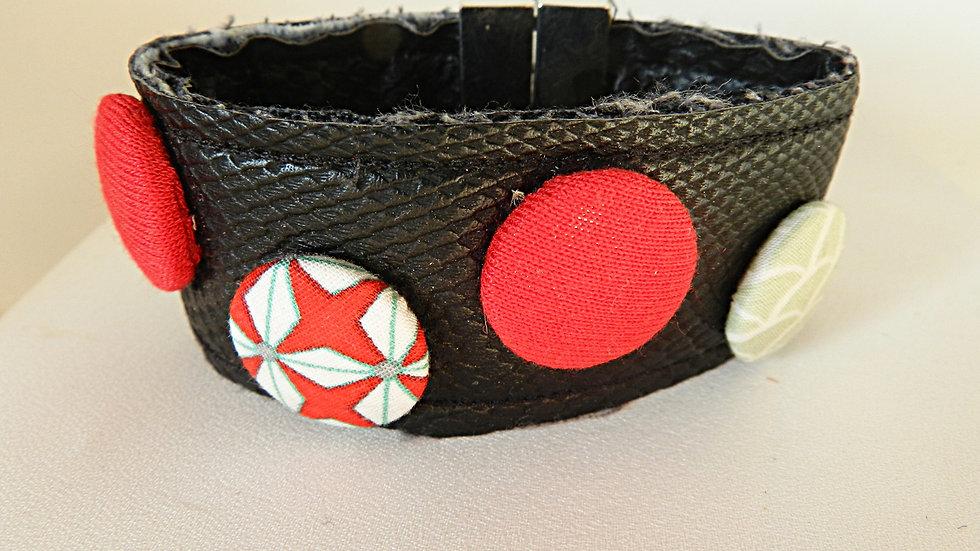 Bracelet en simili-cuir, avec cabochons de tissus rouges et verts