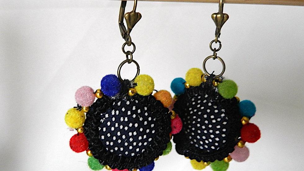 Boucles d'oreilles en tissu noir à pois blancs, avec pompons multicolores