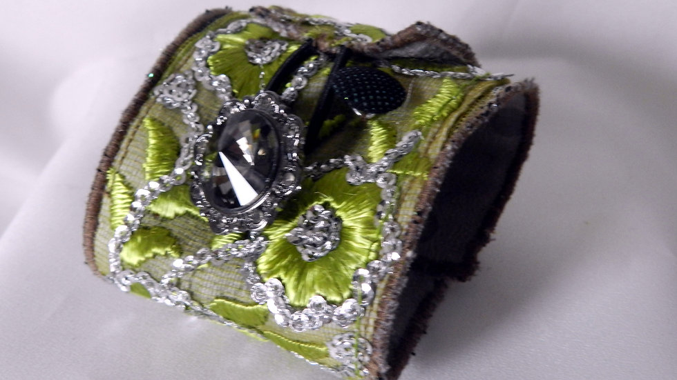 Bracelet manchette en tissu vert brodé