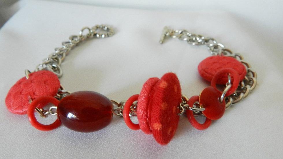 Bracelet, perles de tissus rouges, sur chaînettes