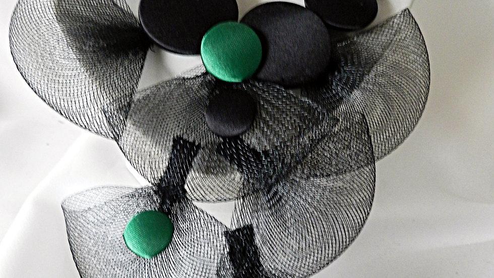 Collier, perles de satins noirs et verts, avec feuilles de résille noire