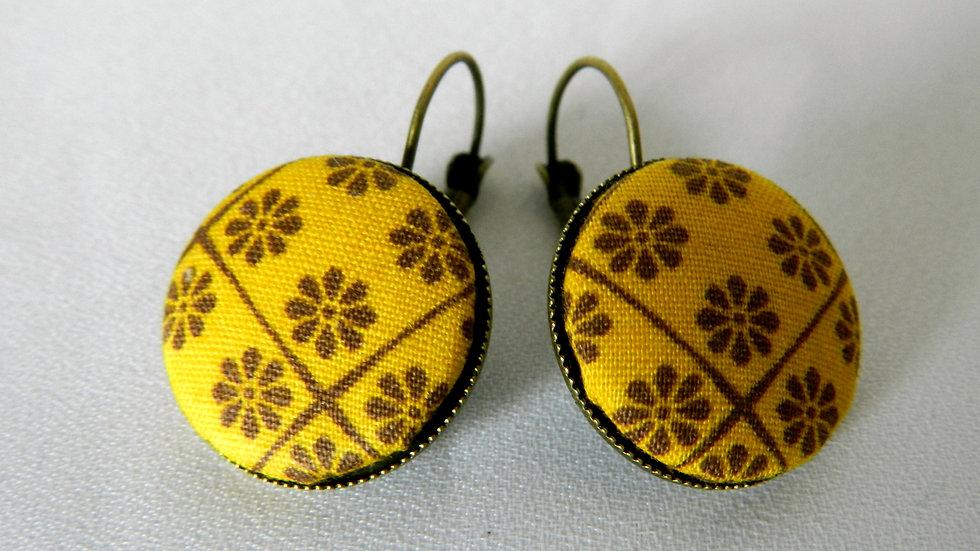 Boucles d'oreilles dormeuses en tissu jaune fleuri