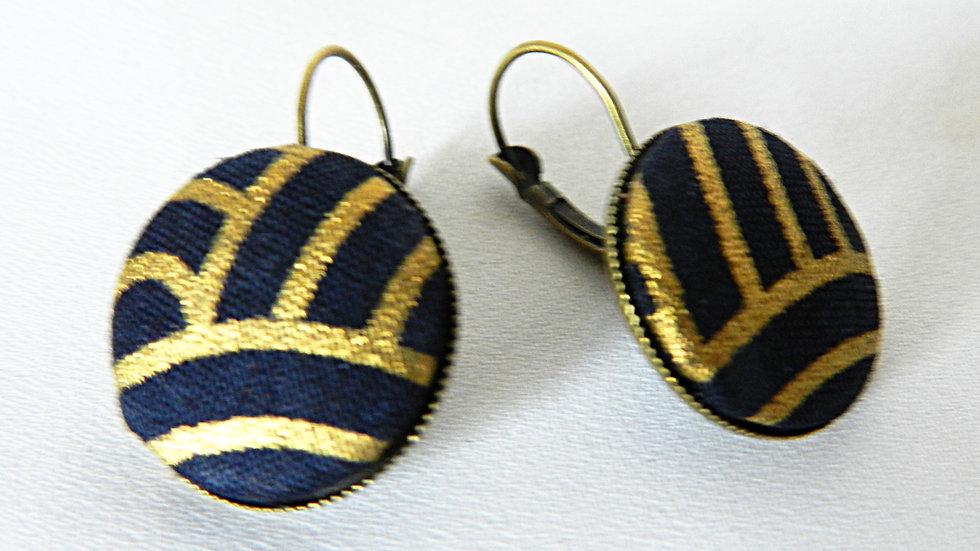Boucles d'oreilles dormeuses en tissu graphique noir et doré