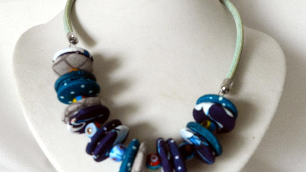 Collier, perles de tissus bleus et gris