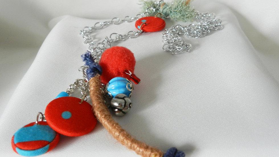 Sautoir en tissus bleus et rouges