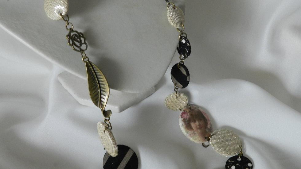 Sautoir en tissus beiges et noirs, avec photo de fillette rétro