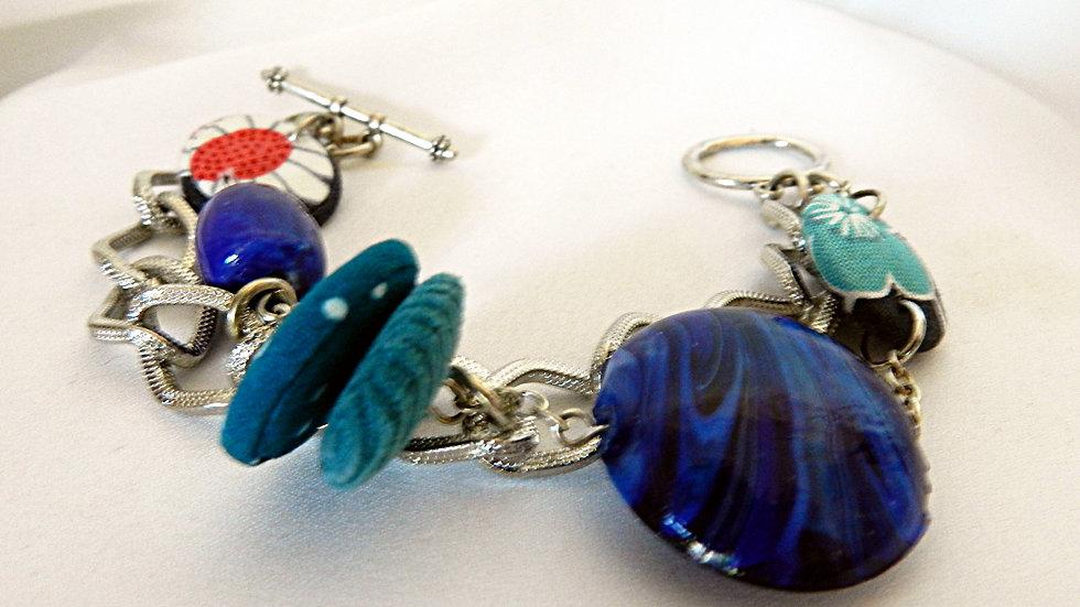 Bracelet, perles de tissus bleus, sur chaînettesargentées