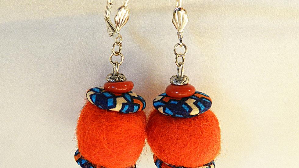 Boucles d'oreilles en tissu bleu et feutre orange