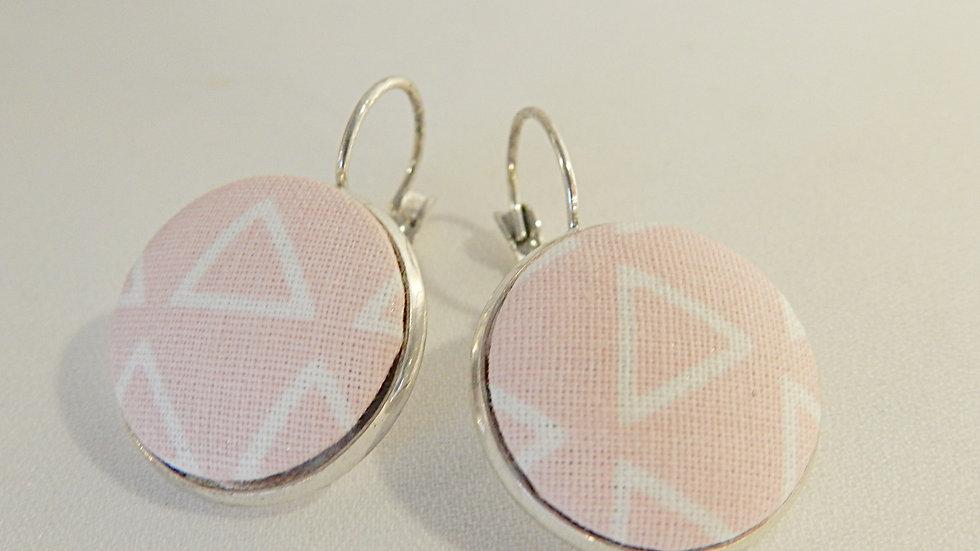 Boucles d'oreilles dormeuses en tissu graphique rose