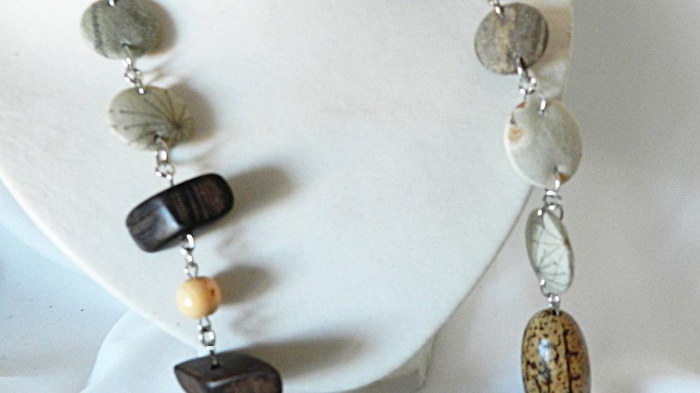 Sautoir en tissus kaki avec graines et perles de bois