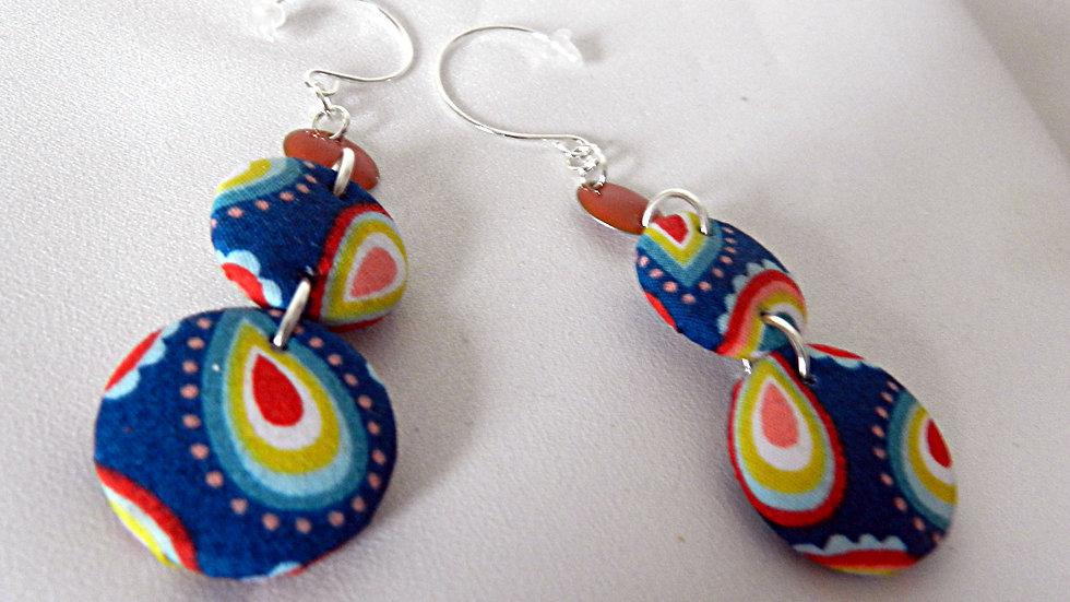 Boucles d'oreilles en tissu bleu avec motifs cachemire multicolores