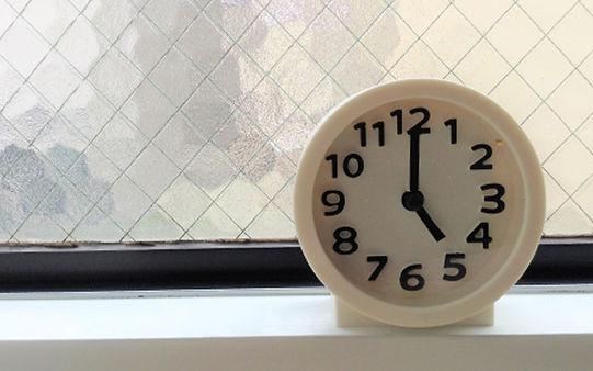 5時ぴったりを指す時計