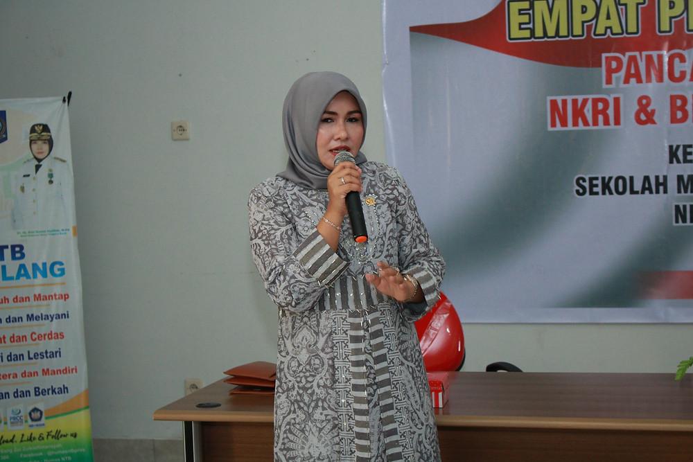 Ibu Evi sedang memberikan materi 4 Pilar Kebangsaan pada para Murid dan Guru di SMK N 4 Mataram