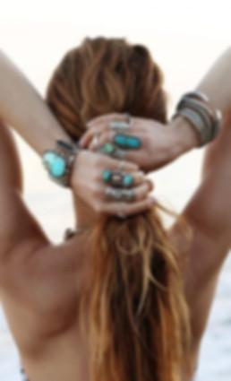 bijoux-femme-vintage-1970,broches,bagues,pendentifs,bracelets,boucles-d'oreille,alliances,anneaux,colliers,bracelet-de-chevilles,barrettes,épingles-a-chapeaux,peignes-a-cheveux,montres,sautoirs,chokers,anneaux-de-pied,médailles,spacevintage-marseille,