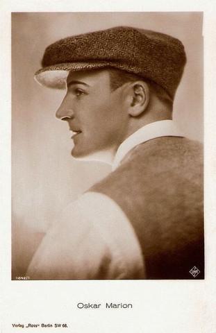 spacevintage,marseille,france,col de chemises,casquettes,chapeaux,cravates,noeud papillons,bretelles,ceintures,chaussette,guètre,noeud papillon,Homme vintage 1920