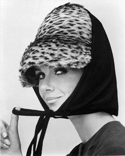 spacevintage,marseille,france,lunette,fume cigarette,chapeaux,bonnet,ceinture,écharpe,toque leopard,chapka,femme vintage 1960