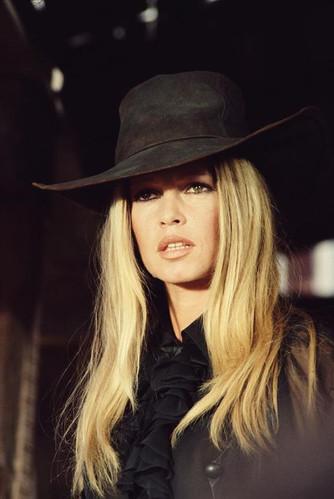 accessoires-femme-vintage-1970,bonnets,berêts-1970,bas,collants,soustiens-gorge,culottes,porte-money-1970,pochettes-vintage,sacs-vintage,ceintures-vintage,-vintage,étoles-vintage,foulards-vintage,écharpes-vintage-1970,gants-vintage,lunettes-vintage,chapeaux-vintage-1970,space-vintage-marseille