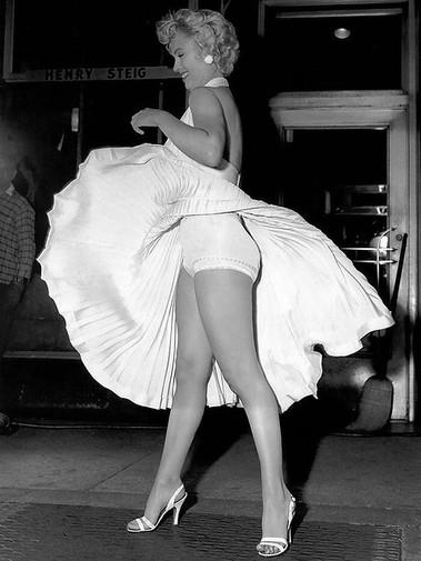 spacevintage,marseille,france,jupes,robe,tailleur,manteaux,imperméable,chemisiers,tunique,t-shirt,short,lainage,maillot de bain,nuisette,gaines,soutien-gorge,femme vintage 1950