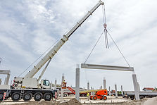Mobile crane is carry concrete joist to