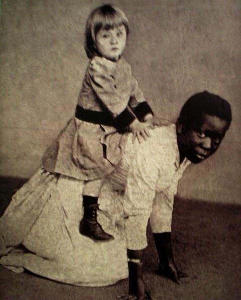 """Negra faz """"cavalinho"""" para criança branca"""