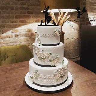 Bruidstaart traditioneel met suikerbloemen Georgie's Cakes.jpg