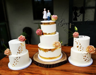 Gold leaf fresh flowers wedding cake.jpg