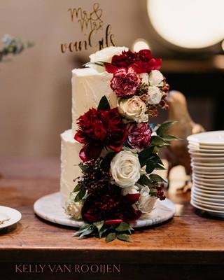 Bruidstaart rustiek met verse bloemen Georgie's Cakes.jpg