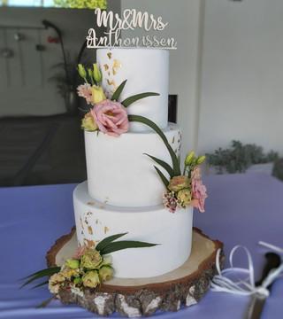 Bruidstaart fondant goldleaf en bloemen - Georgie's Cakes.jpg