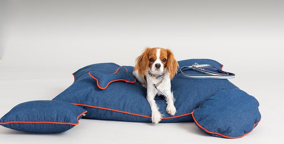 Set von Denim Jeans Hunde Accessoires wie Hundepolster, Jeans Liegepolster, Hundespielzeug und Hundeleine