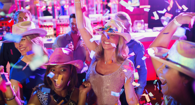 evjf-jeunes-femmes-chapeaux