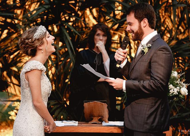 Noiva sorrindo para o noivo durante a cerimônia