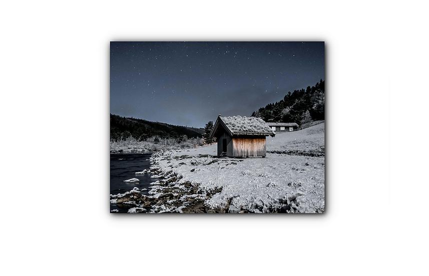 Uthus med skinnende stjerner og snø i månelys IR Varmepanel Veggbilde Panelovn