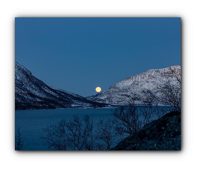 Fullmåne med vann og fjellandsskap i Vågbotn IR Varmepanel Veggbilde Panelovn