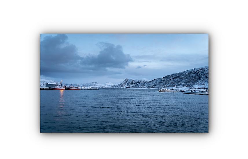 Vinterlandskap med fjell og Tromvik havn IR Varmepanel Veggbilde Panelovn