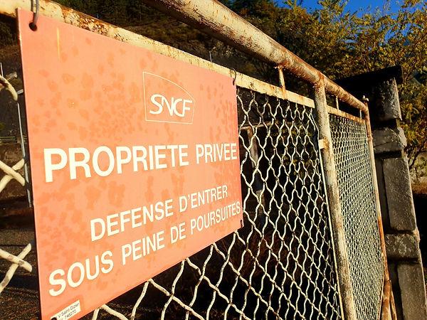 SNCF. Panneau. Défense d'entrée. Train. Mobilité. Hautes-Alpes. Gare