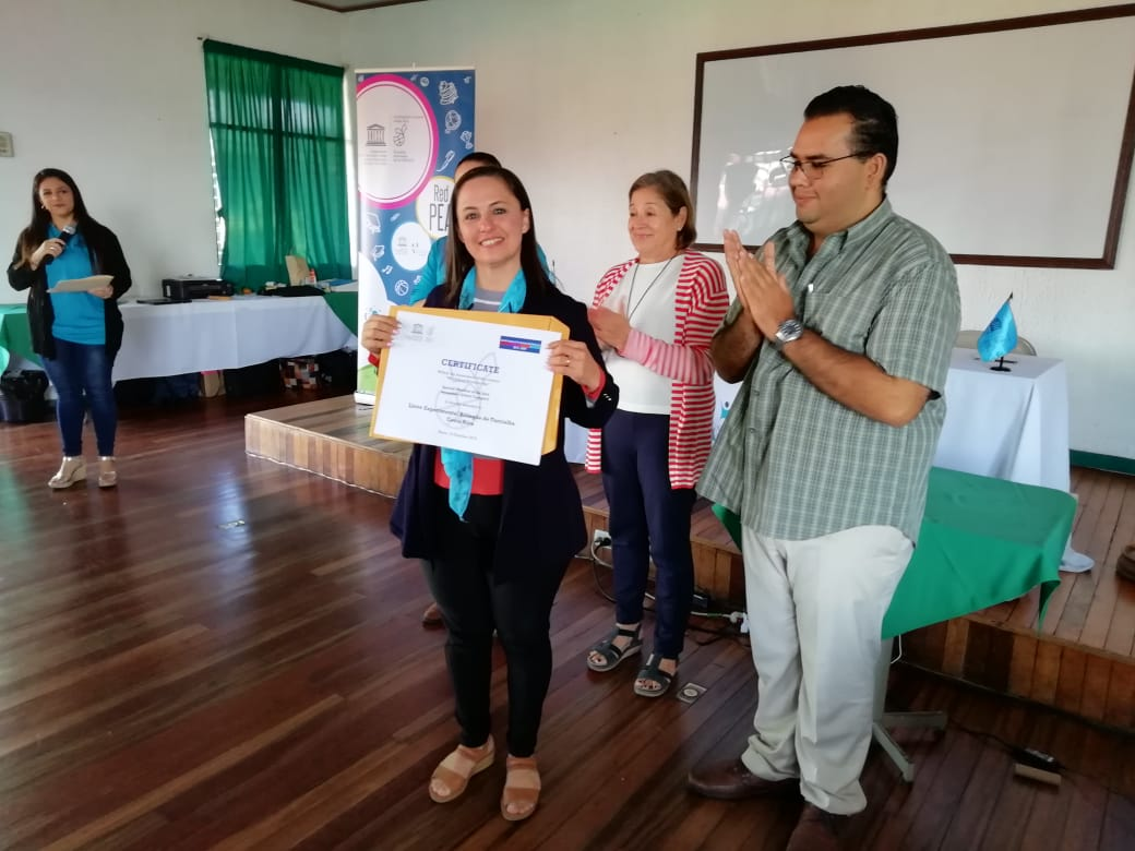 La Sra. Seidy Nájera, Directora, recibe la Mención Especial, por parte del Liceo Experimental Bilingüe de Turrialba.
