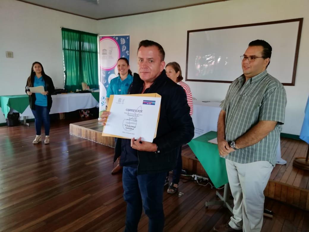 El Sr. César Leandro, Coordinador Institucional de los temas UNESCO, recibe el certificado por parte de St. Jude School.